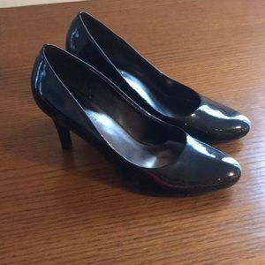 Shiny black rounded toe heel